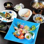 握り寿司のコース。波佐見焼の器で提供される料理は旬の素材を使い、旨みが凝縮された味わいです。