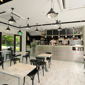 都会の中にある、豊かな緑に囲まれた静かなカフェ