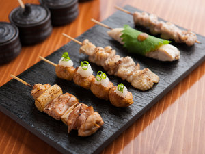 日本各地から美味しい部位を厳選した『おまかせ焼き鳥五本』