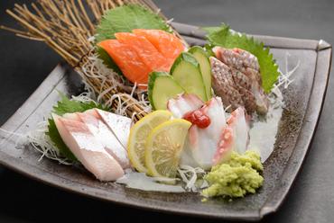 仕入れたての鮮魚が贅沢に並ぶ『豪華お造り盛り合わせ』