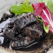 寅八流の角煮は、黒ゴマたっぷりでやわらか