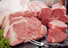 厳選を重ねた国産黒毛和牛を使用したコース。6806円(本体価格)よりご用意しております。