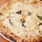 イタリア直輸入の2種類のモッツァレラと3種類の小麦粉のピッツア