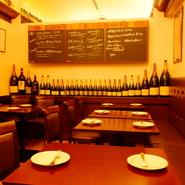 落ち着いた照明の店内は、接待などのご利用でもご好評いただいております。 豊富なワインをはじめとしたドリンクとこだわり食材を使ったお料理はおもてなしとして演出致します。