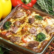 スープ、ナチュラル野菜サラダ付き。  こくみ卵、国産鶏胸肉、スリランカのスパイスを使用した本格チキンカレーにチーズを入れ焼き上げた逸品!! 大人気メニュー!!!