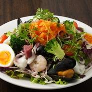 パン、スープ付き。 彩野菜と季節のシーフードを使用したコスメサラダ。