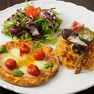 スープ、ナチュラル野菜サラダ付き。 Aマルゲリータハーフピッツァ B本日の生パスタ Cオリジナルブラックハヤシライス ※3種から2種お選び下さい。