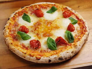 自家製ソースとチーズが重なる『窯焼きピッツァ マルゲリータ』