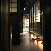 京の町家をイメージして作られた店内は個室・半個室でおもてなし