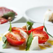 定番サラダ トマトとモッツァレラのカプレーゼ