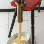 お客様の目の前で「トルキオ」という機械を使い、通常よりふたまわりも太いロングパスタ「ビゴリ」を絞ります。目の前でつくられるできたてパスタを、ぜひご賞味ください。