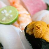 魚は新鮮さが命。店内に生け簀をそなえ、とれたての旨さを提供