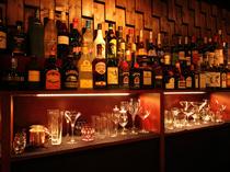 棚に並ぶ多種多様なボトル。自分だけのための特別な一杯