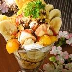 小鉢、サラダ、鮮魚盛り、もつ鍋等全9品の料理に2.5時間の飲み放題付きで5000円のコースが人気です。プラス200円で、本日のデザートを『結び屋特製ジャンボパフェ 花火付き』に変更できます(4~5人前)。