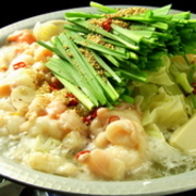 プリプリで弾力のある丸腸のみの『牛もつ鍋』。旨みがたっぷり溶け込んだスープは、シンプルに塩味の味付け