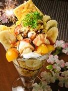 フルーツやアイス、生クリームがたっぷりのジャンボパフェです。花火の演出が、お祝いや記念日に大活躍。