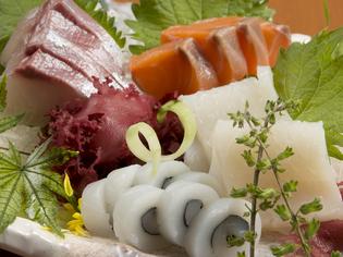 産地直送の海・山の幸を使った料理を提供