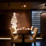 黒を基調としたモダンなデザインの店内。落ち着いた色合いの照明と和の意匠を散りばめることでゆったりと食に没頭できる空間に仕上がっています。