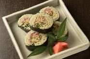 酢締めの蕎麦に旨みあるマグロのたたきがマッチする『蕎麦寿司』