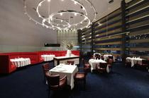 テーブル間の距離も贅沢に確保し、ゆったりと食事が楽しめます
