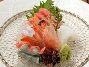 『お祝いコース 豪華伊勢海老』の一品。日本各地から自慢の魚介を5点盛。大分の鯛や長崎の鱧が一皿に。