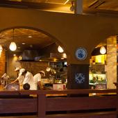店内中央に設置された、ライブ感あふれるオープンキッチン
