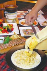 お肉やお野菜、チーズフォンデュ ラクレット、生パスタなどおすすめ料理が詰まった贅沢なおすすめメニュー