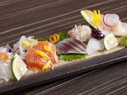 地元長崎近海で獲れた旬魚が味わえる逸品。いろいろな種類の鮮魚を色鮮やかに盛り付けました。