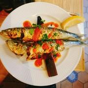 大粒のアサリをニンニク・ハーブ・トマトと一緒に白ワインで蒸した漁師料理。