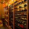 ワインセラーには常時130種以上のワインが並んでいます