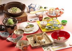 祝会席はお一人様づつの瀬戸内産天然れんこ鯛姿焼 お食事は祝鯛土鍋ご飯鯛だし茶漬け仕立が基本となります