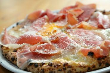 とろ~り卵と生ハムの旨みを2種のチーズが引き立てる「ビスマルク」