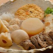出汁はおでんの命。味をじっくりと行き渡らせるには、丁寧に煮出した関西風の薄味出汁がベストです。黄金色に輝くスープが、タネの可能性を広げます。身体にじんわり広がる味をご堪能ください。