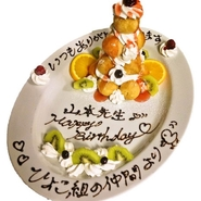 人数に合わせた大きさのケーキor高く積み重ねた迫力満点のシュータワーをご用意。メッセージを添えて特別な日をお祝いしませんか?照明を落としBGMを流しながらケーキをお持ちします。お気軽にご相談くださいませ。