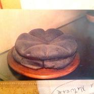 なんと、これがナポリピッツァの原型とも言われている フォカッチャの化石?的なもの!歴史の勉強もしてきました。  昔イタリアでは家の前に窯があり そこでこのフォカッチャを焼いて食べていたそうです。