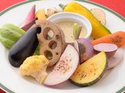 採れたて、新鮮な野菜の甘みと歯ごたえを楽しめるよう、さっとグリル。魚醤を使用したソースで召し上がれ。