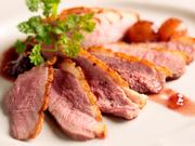 クセの少ない鴨肉をゆっくりロティし、バルサミコやグラストビアンのソースでお召し上がり下さい。