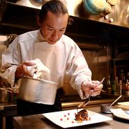 こだわりの肉、魚介類、野菜などの食材はシェフ自らの目で厳選して仕入れています。また、お客様に出す料理は最後の盛り付けなど、極め細かい点まで細心の注意を払って調理しています。
