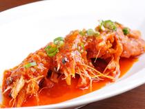 有頭の大きな海老を旨みごと味わう『大海老のチリソース煮』