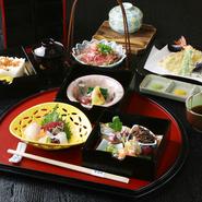 三段箱、天ぷら五種、造り三種・赤出し・デザート・肉たたき・蒸し物が付きます