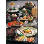 和食を礎としながら洋食や中華などさまざまなジャンルからアイデアを取り入れています。新旧が相見えたり、食材同士をマリアージュさせることにより生まれる創作料理。今まで経験したことがない一皿をご提案します。