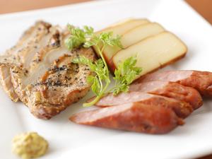 奥三河の銘柄鶏を贅沢にスモークした『自家製スモーク盛合せ』