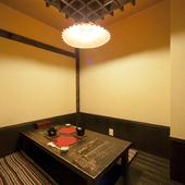 高い天井が印象的な、和モダンな雰囲気漂うお座敷風の個室