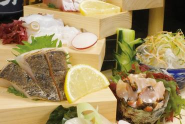 旬の鮮魚が一度に味わえる『階段盛り七段』