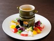 野菜を自家製ソースでいただく『彩り野菜のバーニャカウダー』