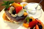 ドリンク付き ふわふわのパンケーキに季節のフルーツ・甘さひかえめの生クリームを添えて・・・