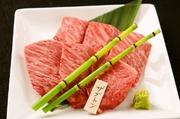 肩ロースの芯部位。上質なお肉の旨味を満喫できる、和牛の霜降りをぜひ、ご堪能あれ。