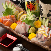 その日に水揚げされた新鮮な魚の盛合わせ。器も素敵です