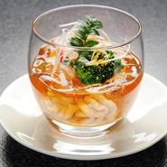 冬季限定のメニューとなります。ていねいに取った出汁と土佐酢を合わせてジュレにし、鱈の白子をガラスの器に沈めました。どこからから眺めても美しい盛合せの自慢の一品です。