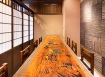 テーブル天板に伝統民画「大津絵」が!町家のようなモダンな内装